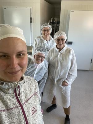 Mejerista Johanna tar emot och visar nyfikna gäster. Birgitta Froms Andersson, Margaretha Andersson och Margareta Englund lyssnar, lär och smakar.