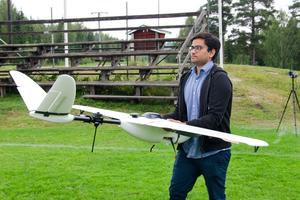 Umar Chughtai med drönaren som kan flyga en sträcka på 40 kilometer.
