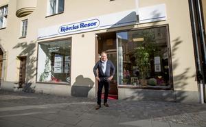 Tomas Björck är ordförande i Södertälje citys styrelse, som beslutat om att förlänga öppettiderna. Björcks eget företag har stängt på söndagar och öppet till klockan 15 på lördagar.