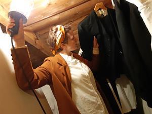 På vinden i henne och Viktors lägenhet i Sandviken ligger en mängd kläder och rekvisita från föreställningarna. Foto: Privat