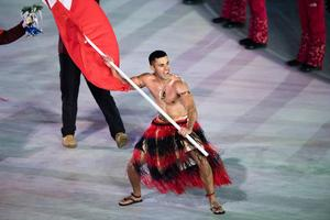Pita Taufatofua drog blickarna till sig när han bar Tongas flagga utan överdel. Bild: TT.