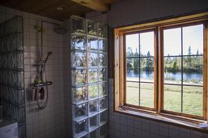 I badrummet harfamiljen utsikt över Dalälven.