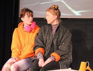 Anouk (Andrea Björkholm) träffar den märkliga flickan Karla (Lina Ljungqvist) på sjukhuset i 4:e teaterns nya föreställning