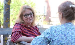 Lisbeth Mörk-Amnelius är aktiv i två olika partier, ett i landstinget och ett lokalt i Älvdalen. Inget av dem tillhör de etablerade riksdagspartierna.