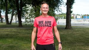 Michael Wolhardt laddar just nu för nästa Equality Run, ett 24-timmarslopp runt Societetsparken i Norrtälje.