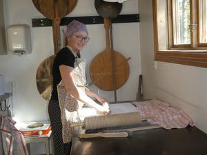 Snart 13-åriga Hilda Mickelmats från Järvsö bakar tunnbröd. Läsarbild: Elsie Bäcklund Sandberg