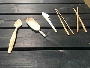 Inte bara skolbarnen kan. Nu är det inne att tälja sin egen smörkniv. Meditativt och rogivande lovar ägarna bakom Täljeograms täljkit.