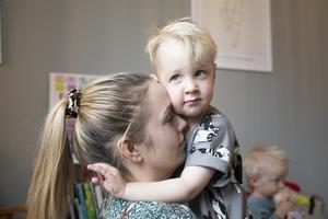 När Fredrik och Linnéa fick frågan av en läkare om de funderat på syskon till Eddie fick de rådet att vänta tills Eddie fått en diagnos för att kunna ta ett prov på moderkakan och se om nästa bebis hade samma genetiska avvikelse som Eddie.