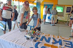 Kompisarna Isak Andersson och Einar Karlsson tittar fascinerat på när  legoroboten på egen hand löser rubiks kub.