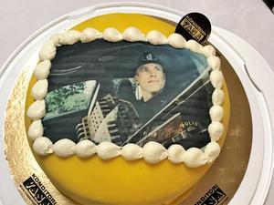 Fredrik Malm förärades en egen tårta på avtackningen i Folkets hus i Vivalla.