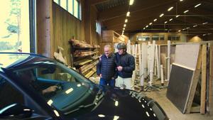 Bosse och Rickard när den nyvunna bilen rullar in i ridhuset. Bild: Roland Bauer.