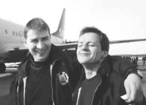 Hans Särkijärvi och Lars Dahlström på flygplatsen i Umeå efter att SSK tagit sig tillbaka till Elitserien.