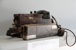 En föregångare till Ericssons mobiltelefoner? Den här användes av reparatörerna, som kunde koppla in sig på telefontrådar i masterna när de arbetade ute längs linbanan.