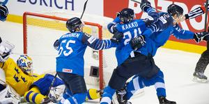 Finland firar kvittering som kom när man plockat målvakten i slutminuterna. Foto: Joel Marklund/BILDBYRÅN