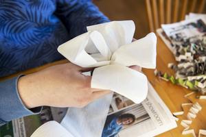 Toalettpapper blir en fluffig ros på det återbrukade paketet.