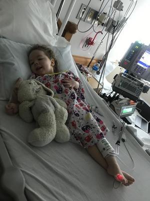 Ellie Mårtensson får mycket omsorg på kliniken i USA. foto: Privat.