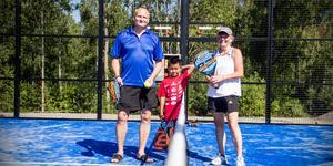 Thommy Ukkonen och Gunvor Ashbourne från Norbergs tennisklubb. I mitten står Thommys son Nat Danai.