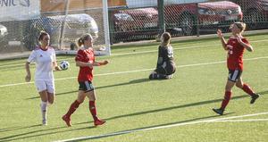 Alicia Dahlgren (till vänster) blev tvåmålskytt för Team Hudik.