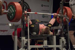 Vilket lyft! Calle Nilsson väntade till sista försöket med att klara 295 kilo, som gav guld i +120-kilosklassen.