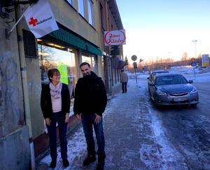 Frivilligarbetarna Barbro Lindblad och Ahmed Saleh är glada över att nu kunna fördubbla butiksytan i Säter.