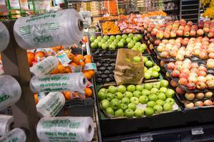 Gröna äpplen i bruna påsen. Ett försök som nu genomförs i butikerna Stora Coop och Ica Kvantum i Örnsköldsvik, där Mivas matavfallspåse får dubbel användning.