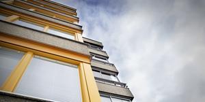 Boendeformen på Karlslund, där flera våningar är staplade på varandra, gör det svårt att bara ta äldre och gå ut, skriver insändaren.