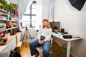 """En milstolpe i Elin Häggbergs företag är att hon nu kunnat anställa en kompis på tio procent. """"Jag är väldigt glad att ha möjlighet till det. Hon hjälper mig att fota och filma och researcha. Och så är det hon som ser till att mina växter lever."""""""