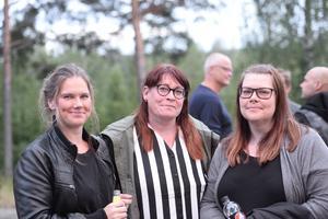 Sarah stålhand, Ulrika Rylander och Marie-Anne Myhr njöt av fredagens livemusik.