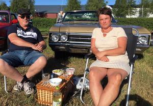 Dags för pastasallad. Bengt Runnqvist från Mora och Marita Nalén från Rättvik framför Bengts Buick Wild Cat -66.– Jag är inte jätteintresserad av bilar, säger Marita. Men det här är kul ändå; att bara gå runt och kolla i folkvimlet.