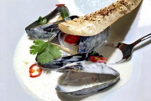 Rökta musslor i kokoksmjölk.