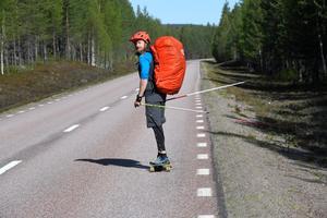 Erik Sander tar sig runt hela Sverige på bräda, dels för äventyret men också för att samla in pengar till forskningen om MS.