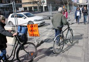 Cyklister har det inte lätt i centrum. Flera cykelparkeringar är borta under byggtiden.