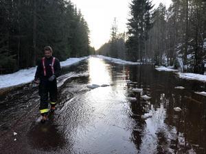 Kanonvägen översvämmad efter ispropp i Våmån. Det var cirka en halv meter vatten på vägen.Foto: Mora Brandkår