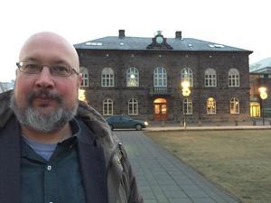 På plats utanför alltinget i Reykjavik, Island. Det här är en ledartext av Patrik Oksanen, politisk redaktör på Hudiksvalls Tidning (c) och ledarskribent Östersunds-Posten (c).