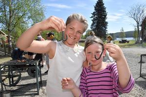 Celine Doverskog och Rebecka Sundin med de klädkrokar de smitt.