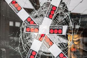 Securitas upptäckte trasig rutor vid matsalen på Ullvigymnasiet. Skadegörelsen är polisanmäld.