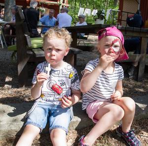 """Gabriel Melin, 3 år och Fanny Sundqvist, 4 år svalkade sig i hettan med glass. Gabriel åt favoriten Piggelin och Filippa hittade inte sin favorit godisglass. """"Jag åt en Bamseglass istället"""", sa Filippa."""