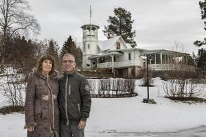 Ann Svärd och Gunnar Groth ute på tomten. Huset byggdes 1900 som ett sommarhus och var i privat ägo till 1937 då kyrkan köpte fastigheten. 1999 köpte paret fastigheten via anbud.