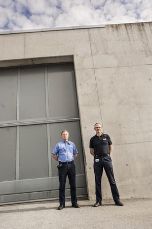Per-Göran Börstell och Tomas Tillman berättar att människor har kastat in droger på anstalten med tennisbollar, batterier och pilar.