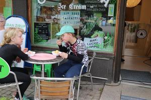 Vanja och Valdemar Eriksson, Överturingen, provar glassbuffén.