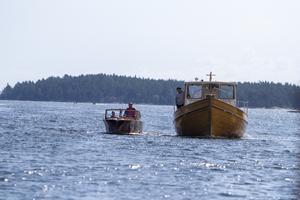 Träbåtar på väg in mot Borka Brygga.
