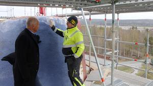 Nicklas Nyberg och Patrik Eriksson, arbetsledare från Jämtkraft , diskuterar hur renoveringsarbetena ska gå till.