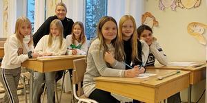 """Marie-Louise """"Mimmi"""" Larsson med några av """"sina"""" fjärdeklassare på Näslundskolan, som numera ligger i Fredhemsskolan. Alla sex tjejer har skrivit varsin nominering och skickat in till Lärargalan."""