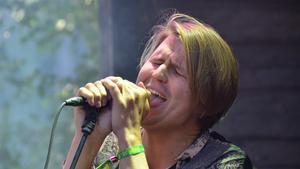 Markus Krunegård dök upp på Gagnef-festivalen som överraskning, efter sin spelning på Peace & Love i Borlänge i lördags. FOTO: Fredrik Caresten