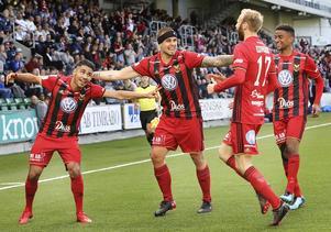 Östersund jublar efter Hosam Aieshs 2–0-mål. Douglas Bergqvist, Curtis Edwards och Tesfaldet Tekie i en sorts improviserad ringdans.Foto: TT