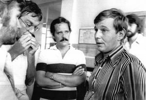 Managern Staffan Svenby meddelar den församlade pressen på Niguardasjukhuset i Milano att Ronnie Peterson är död. Han kontaktade sedan Torgny Götmar om begravningen.  Arkivbild: FLT