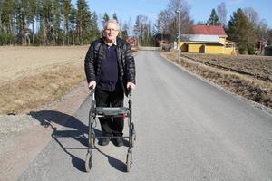 Här på Slåttlandsvägen i Lingbo föll Göran Sundin, spräckte skallbasen och fick hjärnblödning.