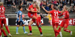 Ellen Karlsson hoppar upp i famnen på Kayla Braffet efter Braffets 2–1 mål. Foto: Jessica Gow/TT