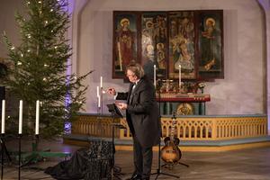Joel Hallikainen tänder adventsljus i början av konserten.