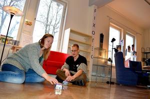 Jonna Steinrud och Adrian Rönnqvist är två ur personalen på Fixoteket i Säter som kommer att hjälpa besökarna att lära sig mer om digitala verktyg, robotar och skapande.